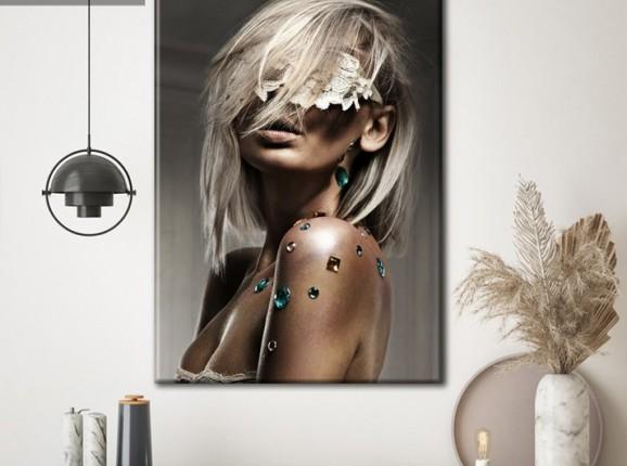 Glamouröse blonde Dame auf klassischer Leinwand