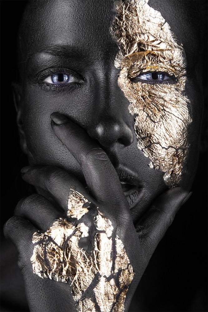 Frau mit goldenen Akzenten  92065752
