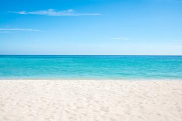 Sommer, Sonne, Strand und Meer auf einer einsamen Insel in den Tropen